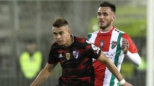 Rafael Santos Borré (i) de River disputa el balón con Luis Enrique...