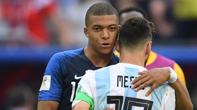 Mbappé y Messi se saludan durante el Mundial de Rusia
