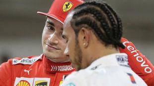 Hamilton y Leclerc charlan tras el Gran Premio de Bahréin / AFP