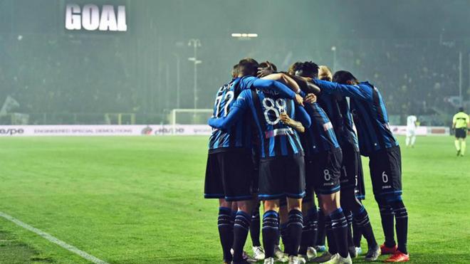 Los jugadores del Atalanta festejan el gol de 'Papu' Gómez.
