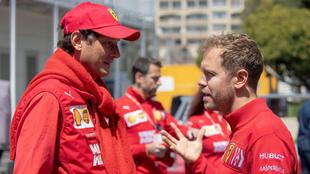 John Elkann y Sebastian Vettel dialogan previo a la carrera