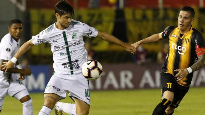 Matías Cabrera controla el balón ante la marca de un jugador de...