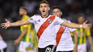 Rafael Santos Borré celebra un tanto anotado con River