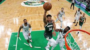 Antetokounmpo se dispone a machacar el aro de los Celtics / AFP