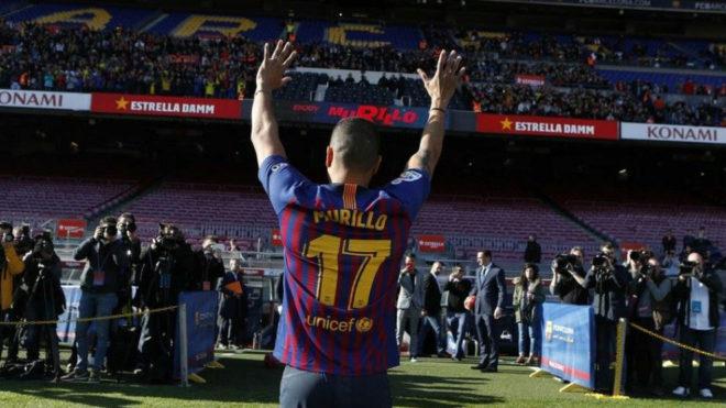 Jeison Murillo saluda a la afición ante la Prensa el día de su...