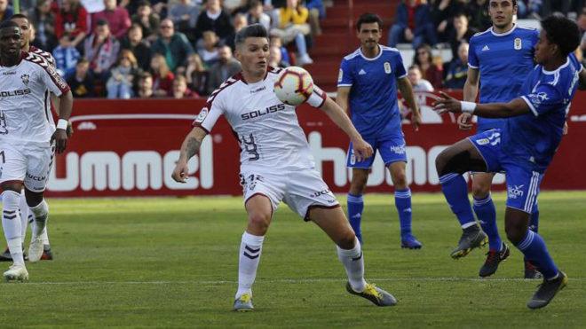 Dani Torres controla un balón durante un partido ante el Oviedo