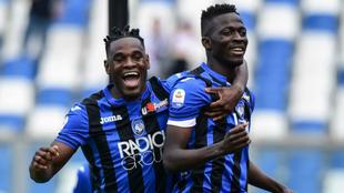 Duván Zapata celebra con Musa Barrow el primer gol del partido.