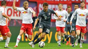 Müller, rodeado de jugadores del Leipzig