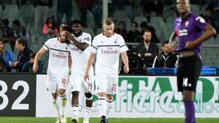 El Milan celebra el gol de Çalhanoglu.