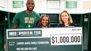 Lebron junto a su cheque del millón de dólares