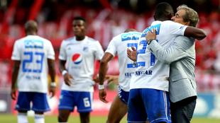 abián González, de Millonarios, celebra con Jorge Luis Pinto gol...