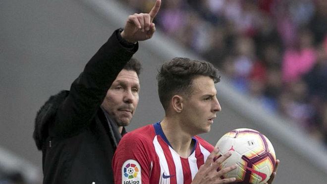 Simeone da instrucciones a Arias durante un partido del Atlético