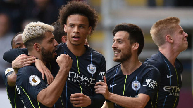 Sané celebra un gol junto a Agüero y Silva