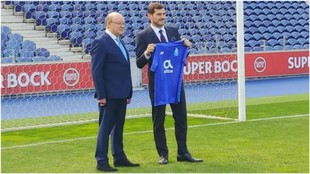 Casillas junto a Pinto da Costa, durante su renovación con el Oporto.