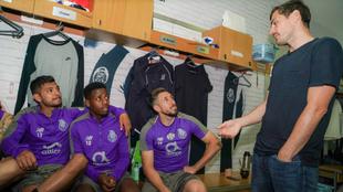 Casillas saluda a sus compañeros en el vestuario del Porto.