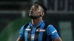 Duván Zapata mira al cielo durante un partido con Atalanta.