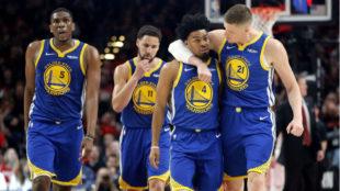 Los jugadores de los Warriors celebran la victoria