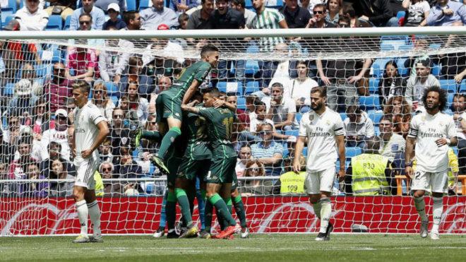 Los jugadores del Betis celebran el segundo gol en el Bernabéu