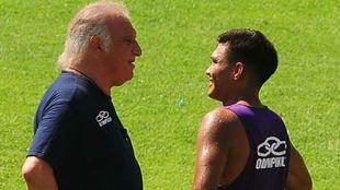 Alfio Basile dialoga con Teófilo durante un entrenamiento con Racing.