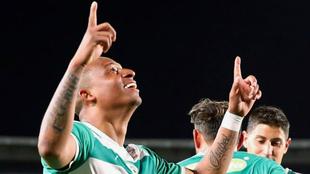 Carlos Peralta festeja uno de los dos goles del partido.