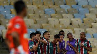 José Fernando Cuadrado ve a los jugadores de Fluminense celebrando.