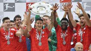 James levanta la ensaladera tras ganar esta última Bundesliga