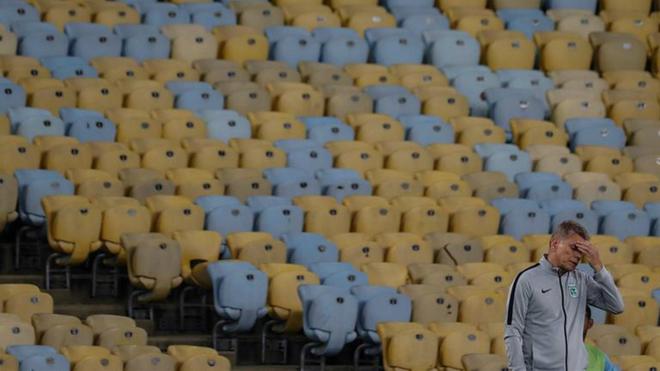 Paulo Autuori luce preocupado durante el partido ante Fluminense.