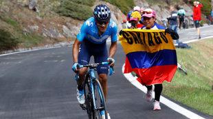Carapaz recibiendo el apoyo de una aficionada colombiana en plena...