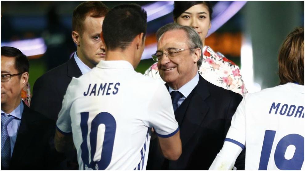 Florentino Pérez, saludando a James Rodríguez en el Mundial de...