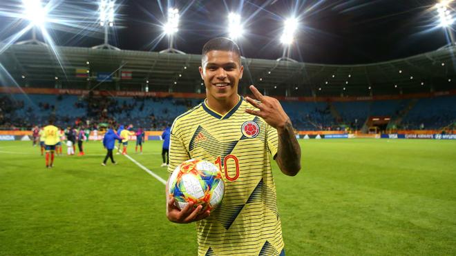 El 'Cucho' Hernández se lleva el balón tras su triplete ante...