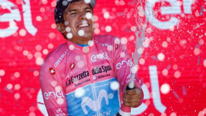 Carapaz celebrando en el podio su liderato en la general / Luk Benies