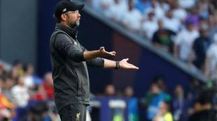 Jürgen Klopp entrega órdenes a sus muchachos en la final ante...