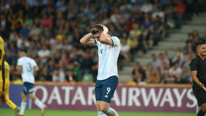 Adolfo Gaich se lamenta tras errar una opción de gol.