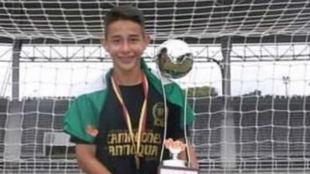 Kevin Álvarez, con un trofeo que ganó