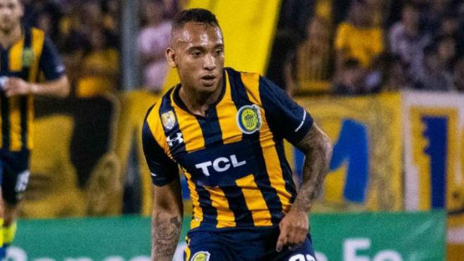 Jarlan arrera con la camiseta de Rosario Central.