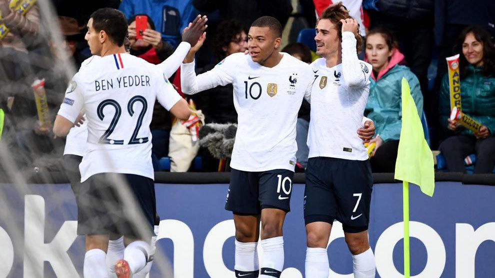 Mbappe celebra un gol con Griezmann.