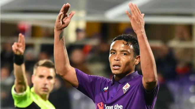 Luis Muriel gesticula durante un partido con la Fiorentina