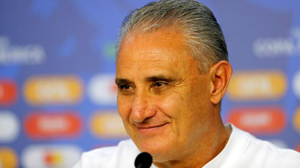 El seleccionador de Brasil Tite habla en una rueda de prensa