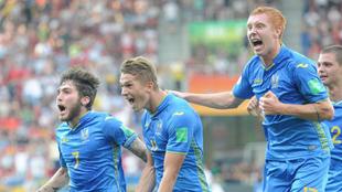 Los jugadores Tsitaishvili, Konoplia y Bodnar celebran un gol.