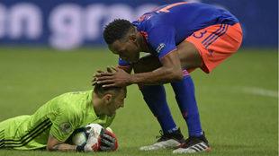 Yerry Mina felicita a David Ospina durante el partido con Argentina