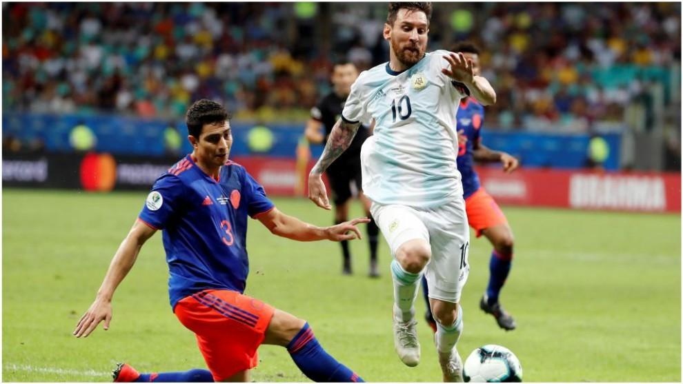 Stefan Medina, con Messi en el partido de Colombia contra Argentina.