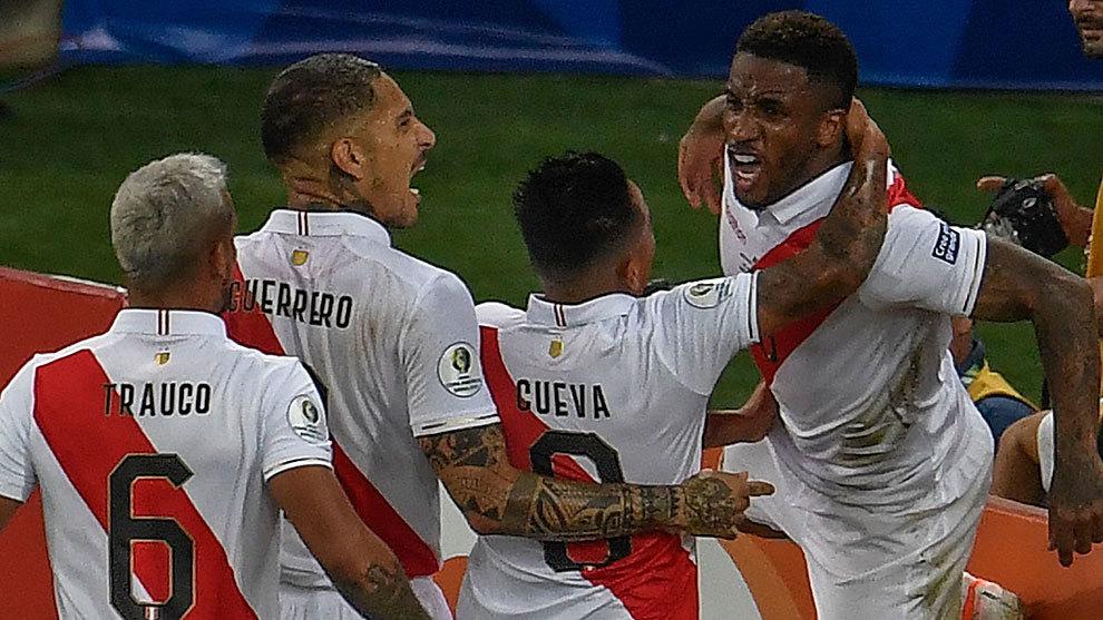 Así celebraron los peruanos el gol de Farfán contra Bolivia.