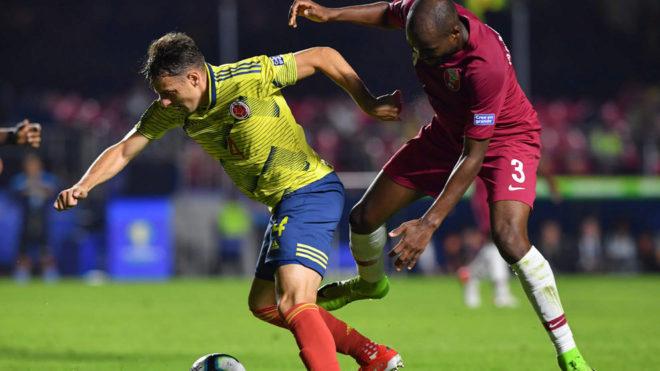 Arias y Karim disputan un balón durante el Colombia-Qatar.