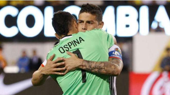 David Ospina se abraza a James después de un partido