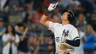 Gio Urshela festeja un jonrón con los Yankees de Nueva York.