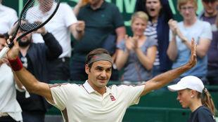Federer levanta los brazos tras ganar en Halle