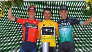 Podio final de la prueba: Egan Bernal (campeón, centro), Rohan Dennis...