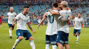 Los jugadores argentinos felicitan a Sergio Agüero por su anotación.