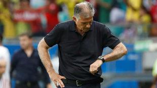 Carlos Queiroz mira la hora durante el compromiso ante Paraguay.