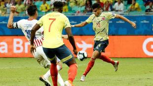 Luis Díaz se perfila para chutar ante la marca de Gustavo Gómez.